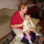 21. Ćwiczę  z babcią Gosią. Babcia jest fajna, bardzo się mną opiekuje i pomaga.