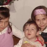 27. Gwiazdka 2008. Przedstawiam moje kuzyneczki: od Waszej lewej – Ola, od prawej – Ala. Dla mnie to zbyt skomplikowane, więc na obie wołam Jaja…