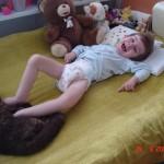 47. Leże sobie na moim nowym łóżeczku (z poprzedniego wyrosłem już dawno) a Bonitka grzeje mi stópki