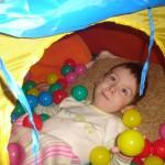 71. z okazji Dnia Dziecka dostałem od rodziców prawdziwy namiot. Jest tam okno, przez które wyrzucam piłki. Fajna zabawa
